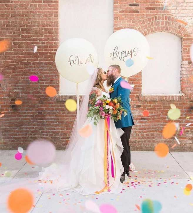 21 bride and groom portrait confetti kiss #confetti #weddingphoto #brideandgroom #wedding #weddingday