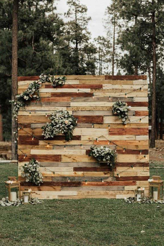 Wedding backdrop ideas, rustic wedding decor, wooden pallet wedding backdrop #weddingdecor #weddingideas