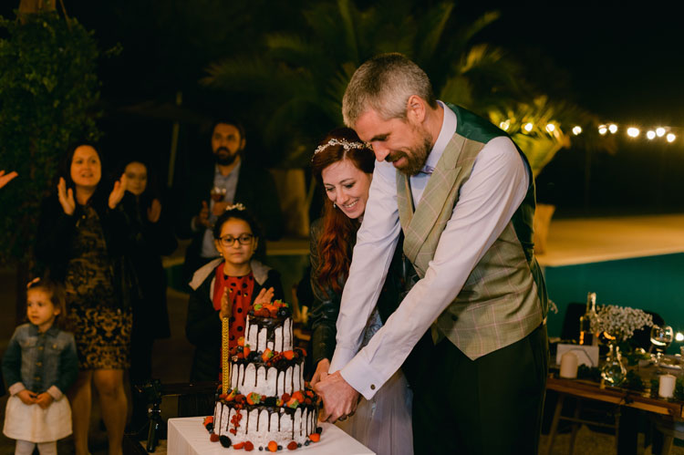 cut the cake , bride and groom cutting the cake, wedding cake, intimate chic wedding