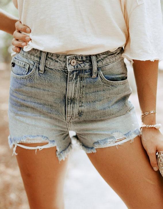 traper kratke hlače, jednostavni ljetni outfiti, poderani kratki traper i bijela majica, ideje za ljetni outfit, slatka ljetna odjeća